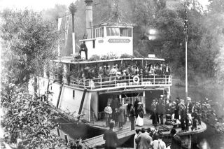 Courtesy City of Dayton##Steamboat Oregona 1915-Dayton Ferry Landing.