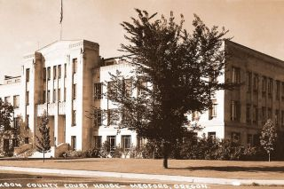 Postcard##The Jackson County Courthouse as it appeared in the 1930s, when Llewellyn Banks was holding massive political rallies on its lawn.
