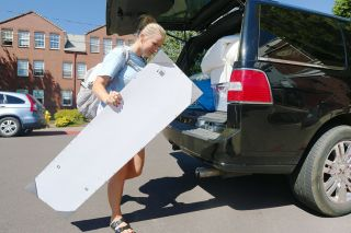 Rockne Roll/News-Register##Incoming Linfield College freshman Shelby Behr of Corvallis takes a load of belongings to her room in Memorial Hall on Thursday, Aug. 25.