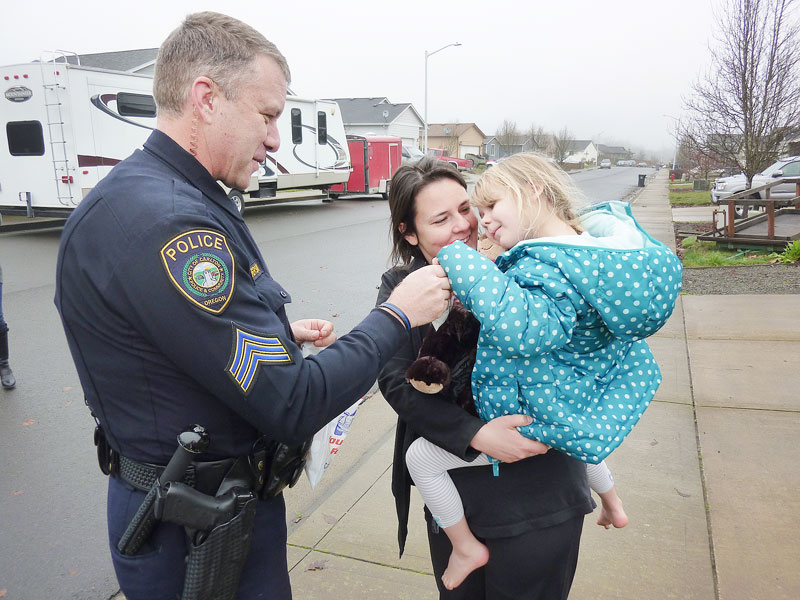 Starla Pointer / News-Register##Sgt. Robert Anderson talks with Tara Forsman and her daughter, Kailin Michelle, after giving the 5-year-old a bear.